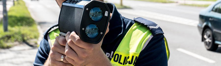 Policjant z drogówki dokonujący pomiaru prędkości